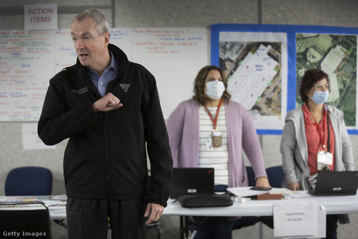 Phil Murphy kormányzó egy, a koronavírussal fertőzött betegek fogadására kialakított ideiglenes kórházban a New-Jersey-i Secaucusban 2020. április 2-án