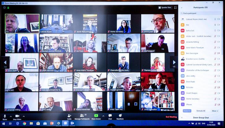 Boris Johnson által kiposztolt képernyőfotó a brit kabinet Zoomon tartott online üléséről
