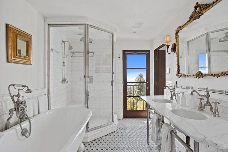 Az ébredés után ebben a fürdőszobában térhet magához, de ha a fotón látható nem nyerte volna el a tetszését, van még másik 3 is a házban, valamelyikkel bizonyosan sikerül megbékélnie.