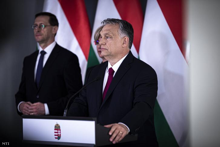 Orbán Viktor miniszterelnök bejelentést tesz Budapesten 2020. április 6-án. A kormányfő mögött Varga Mihály pénzügyminiszter