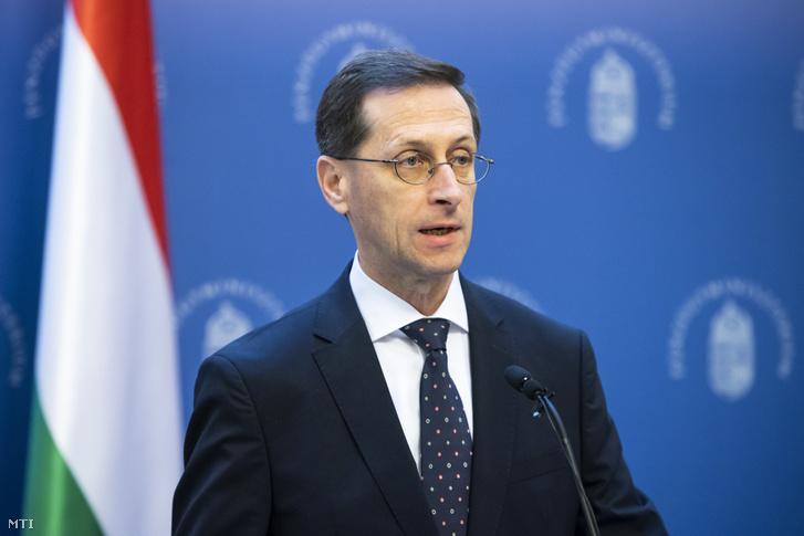 Varga Mihály pénzügyminiszter beszél a Becsei Andrással, a Magyar Bankszövetség elnökével közösen tartott mai sajtótájékoztatón