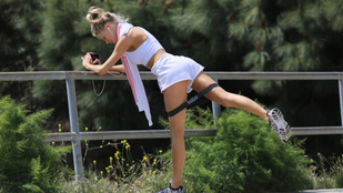 Igazán üdítő látvány Charlotte McKinney edzés közben