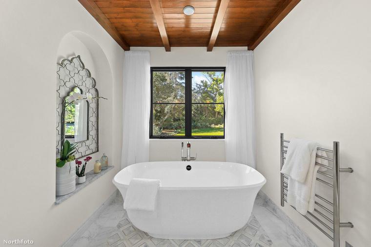 Mindemellett szeret verőfényes napsütésben tisztálkodni, elnézve ezt a különösen világos, csupafehér fürdőszobát, amiből egyébként másik 5 is van a házban, igaz, az egyikben nincs fürdőalkalmatosság.