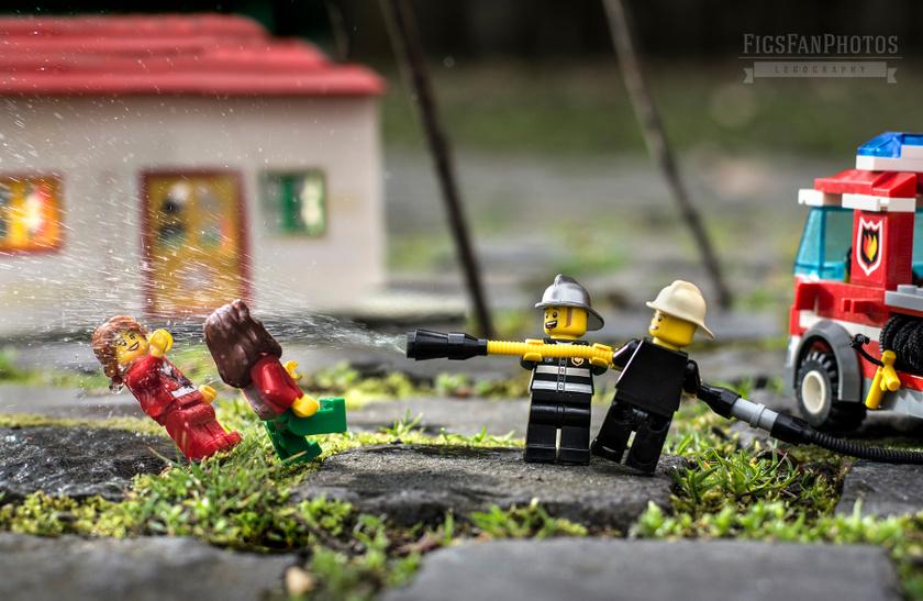 Locsolkodás tűzoltó módra. Lampert Benedek a jelenetek megalkotásához rendszerint Lego- és Hasbro-figurákat, valamint modellautókat használ.
