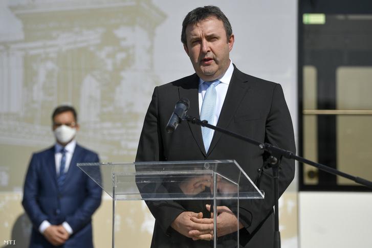 Palkovics László innovációs és technológiai miniszter beszédet mond az ITK Holding Zrt. leányvállalata, az Inter Traction Electrics Kft. debreceni telephelyén 2020. április 9-én.