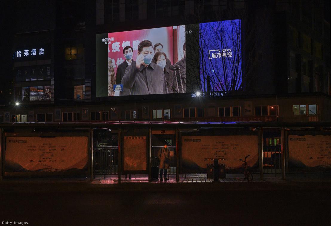 Hszi Csin-ping egy utcai óriáskivetítőn Pekingben, március 10-én.