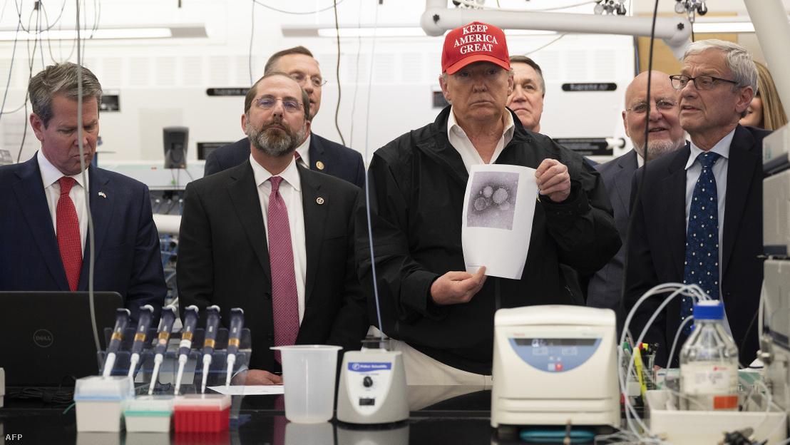 Donald Trump az amerikai járványügyi hivatalban, a Centers for Disease Control and Preventionben (CDC), a Georgia állambéli Atlantában március 6-án.