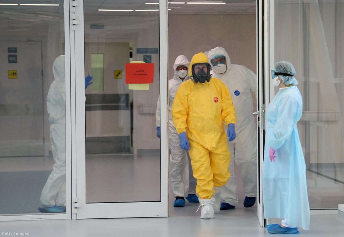 Vlagyimir Putyin sárga védőöltözetben a koronavírusosokat kezelő új-moszkvai kórház bejárásán