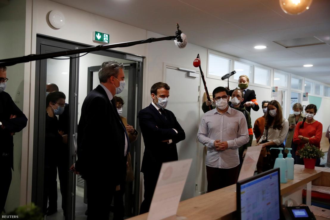 Emmanuel Macron francia elnök maszkban beszélget a Párizs melletti Pantin kórházában 2020. április 7-én.