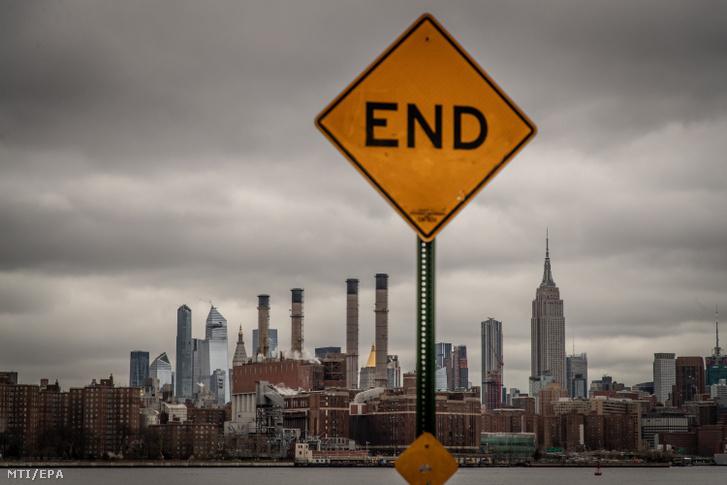2020. április 3-án közreadott kép egy zsákutcát jelölő tábláról, amely New York Brooklyn negyedében készült