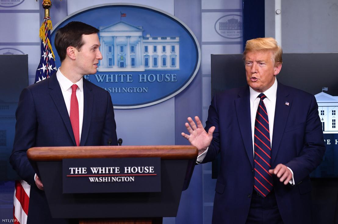 Donald Trump amerikai elnök (j) Jared Kushnerhez, vejéhez és tanácsadójához beszél a koronavírus-járvánnyal kapcsolatos intézkedéseket irányító kormányzati munkacsoport sajtókonferenciáján