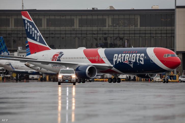 A New England Patriots Boeing 767-ese. A Patriots repülője minimális időre, három órára szállt csak le Kínában, ahol a legénység ki sem szállt a repülőből a bepakolás ideje alatt – így tudták elkerülni, hogy Kínából helyi idő szerint csütörtök délután hazatérve ne kelljen kéthetes karanténba vonulniuk
