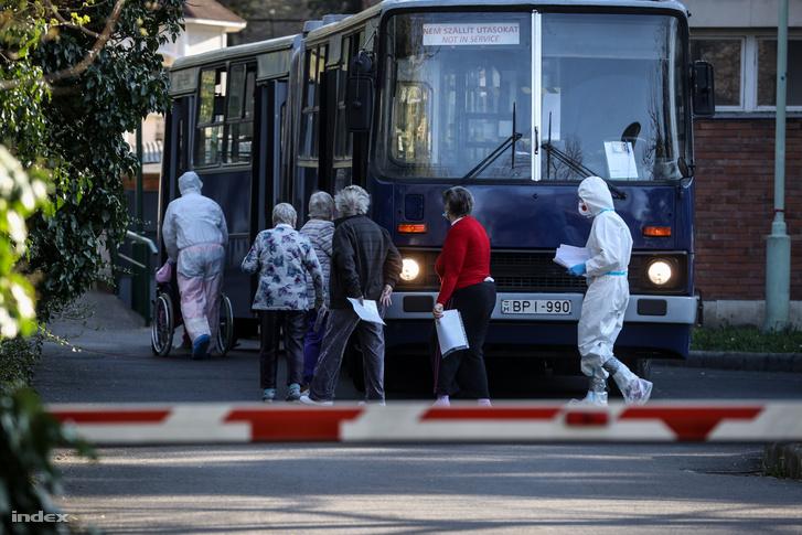 A Pesti úti idősotthon lakóit régi ikarus busszal szállítják el