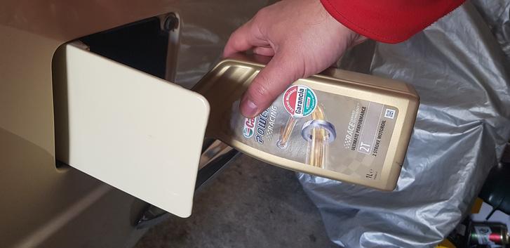 Megoldja a tárolási problémát, ha 1:100 arányban szintetikus 2T-olajat keverünk a benzinhez