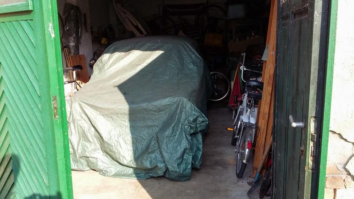 Garázsban sem árt letakarni a kocsit, úgy nem ragad bele a por