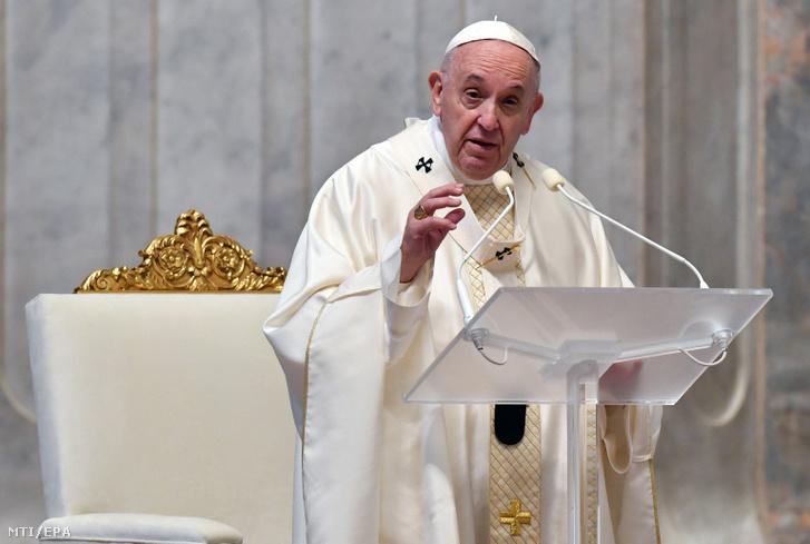 Ferenc pápa nagycsütörtöki miséjén a vatikáni Szent Péter-bazilikában 2020. április 9-én.