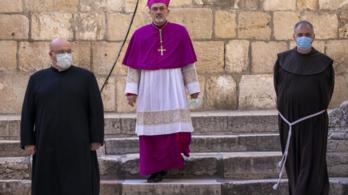 A jeruzsálemi keresztutat is a fizikai távolságtartás szabályai szerint járják be