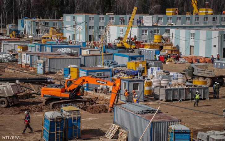 Az új koronavírus okozta megbetegedések kezelésére épülő kórház a Moszkva környéki Golohvasztovóban 2020. április 5-én.