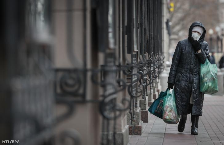 Védőmaszkot viselő asszony egy moszkvai utcán 2020. április 7-én.