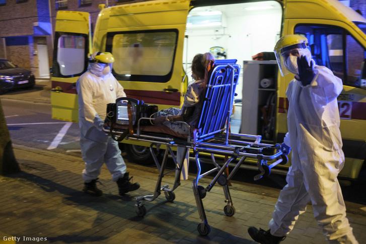 Brüsszeli mentők szállítanak kórházba egy koronavírusfertőzés-gyanús beteget