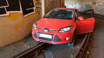 Villamosalagútba hajtott, fennakadt a síneken egy autó a Lánchídnál