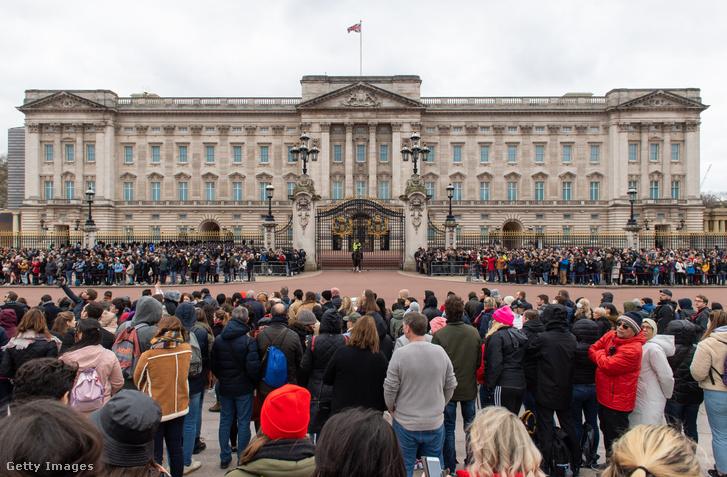 Hatalmas tömeg a Buckingham palota előti őrségváltásra várva március 13-án, amikor a figyelmeztetések szerint már 10 ezer fertőzött lehetett az Egyesült Királyságban