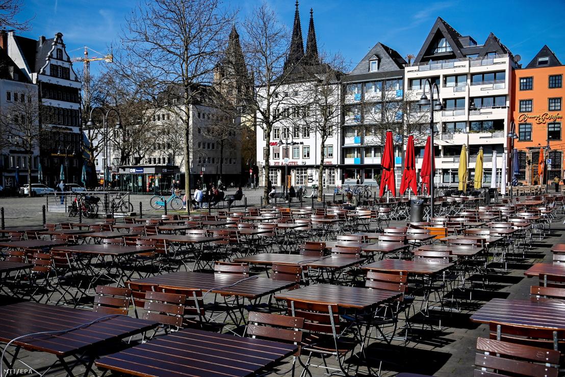 Üres asztalok és székek egy bezárt vendéglátóhely előtt Köln belvárosában