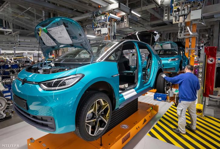 Gyártósoron dolgozik egy munkás a Volkswagen zwickaui üzemében Németországban 2020. február 25-én