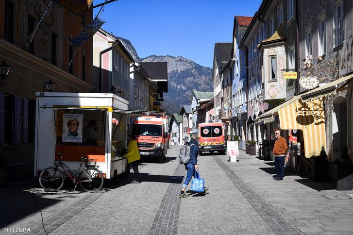Piac a garmisch-partenkircheni Ludwig utcában az új koronavírus-járvány idején 2020. március 19-én
