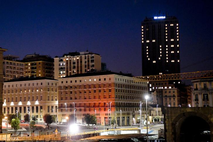 A szeretet szó angol megfelelőjét írták ki a nápolyi NH Panorama Szálloda kivilágított ablakaival a koronavírus-járvány idején a 2020. április 10-ére virradó éjjel.