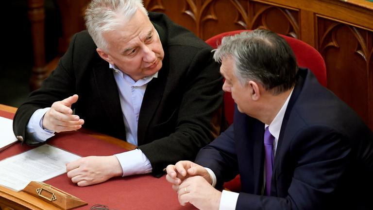 A kormány részvényekkel és ingatlannal támogatná Orbán volt tanácsadójának alapítványát