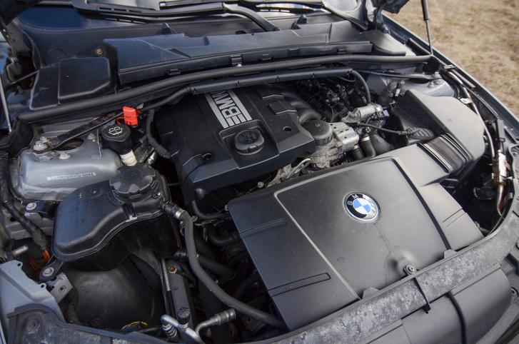 Ebben a 2009-es autóban már az újabb, N43B20 kódú, közvetlen benzinbefecskendezéses motor található. Problémás, ha nem vigyáztak rá nagyon korábban