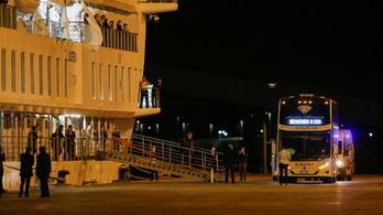 Elkezdik evakuálni az emberek egy részét az ausztrál járványhajóról