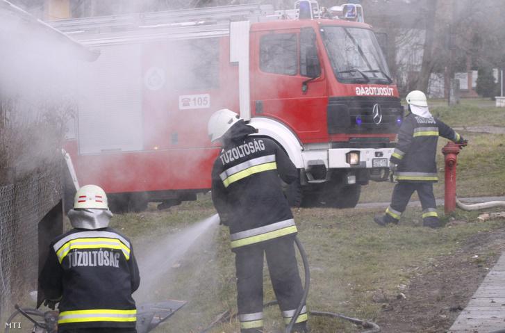 Képünk illusztráció (Tűzoltók oltanak egy házat Miskolcon, 2014. január 10-én.)