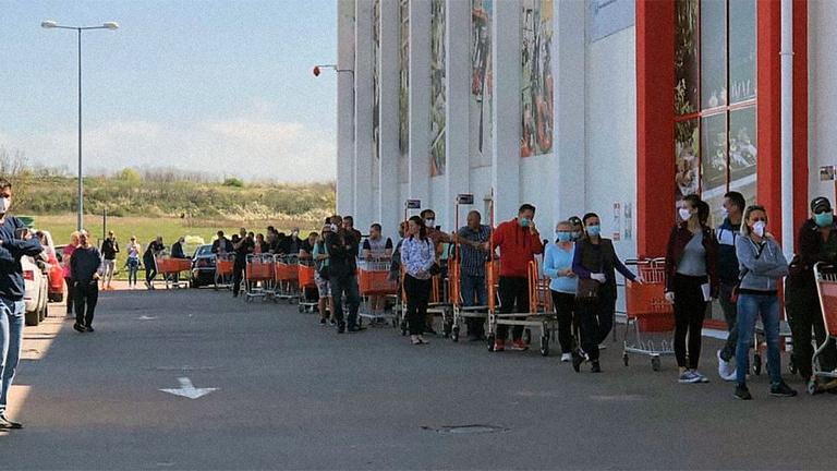 Jókora tömegek jöttek össze az áruházaknál megint