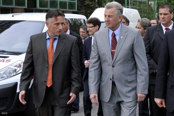 Schmitt Pál köztársasági elnök (középen) országjáró körútján 2011. április 28-án látogatást tett a Fejér Megyei Szent György Kórházban Székesfehérváron. A kép bal szélén Csernavölgyi István főigazgató.
