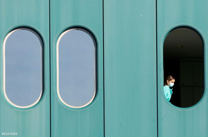 Egy ápoló a zágrábi kórház ablakában