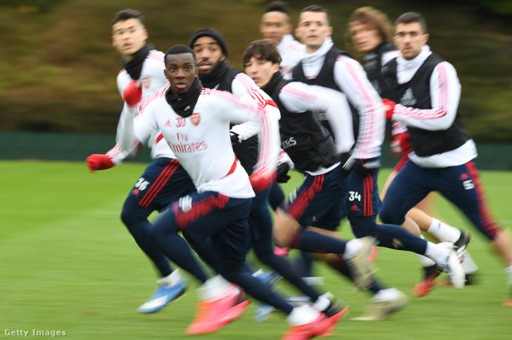 Eddie Nketiah és a többi Arsenal játékos a 2020. március 10-i edzésen London Colney-ban