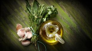 Ez minden salátát feldob: sült fokhagymás-parmezános öntet