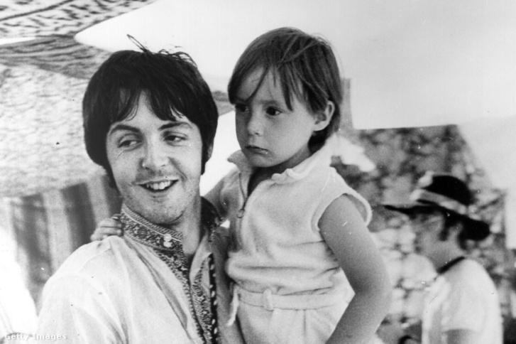 Paul McCartney kezében a 4 éves Julian Lennonnal, John Lennon fiával egy görögországi nyaraláson Athénhoz közel 1967. július 25-én