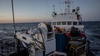 Többen belehalhattak, hogy nem engedik kikötni a menekültmentő hajókat