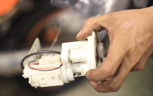 Egy megragadt benzinszivattyú, és a hozzá tartozó szintmérő
