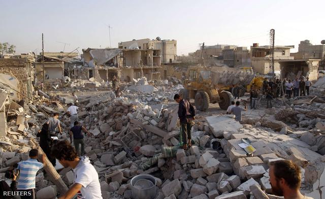 Túlélők és holtestek után kutatnak civilek Azaz városában, miután a hadsereg repülőgépekkel bombázta a települést