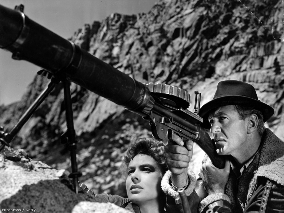 Az Akiért a harang szól Amerikában óriási közönségsikert aratott. A film 1937-ben, a spanyol polgárháborúban játszódik, amikor a Gary Cooper által alakított Robert a partizánok között harcolva beleszeret egy fiatal lányba, a Bergman által játszott Mariába. A filmet kilenc Oscar-díjra jelölték, de végül csak a legjobb női mellékszereplőnek járó díjat kapta meg Katina Paxinou.