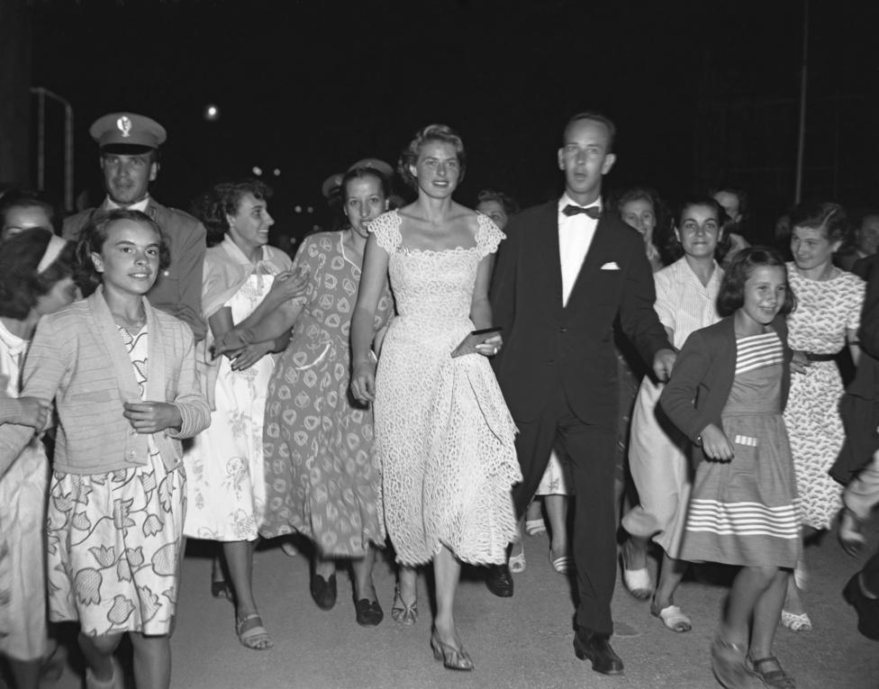 Ingrid 1950-ben körberajongott sztár volt, de Hollywoodot felháborította házasságtörő kapcsolata Roberto Rossellinivel. Népszerűsége ekkor inkább Európára korlátozódott, ezen a fotón Velencében parádézik az őt körülvevő fiatal lányok társaságában.