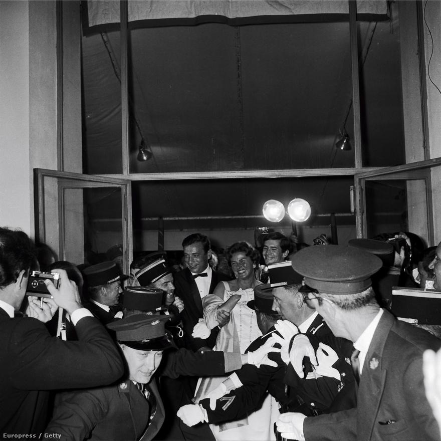 Az 1961-es Cannes-i filmfesztiválon Ingridet ünnepelt sztárként fogadták. A fotón Ingridet Yves Montand és Anthony Perkins fogják közre, miközben rendőrök védik őket a fotósok tömegében. A három színészlegenda a Szereti ön Brahmsot? című filmben tündökölt együtt. A fesztiválon Perkins nyerte a legjobb férfi szereplőnek járó díjat.