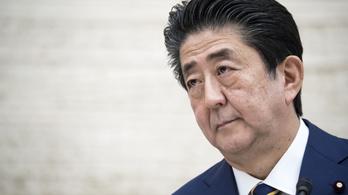 Tévénézős videója miatt támadják a japán miniszterelnököt