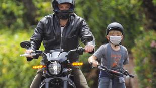 Jason Statham után most Ben Affleck is motorozott egyet a fiával