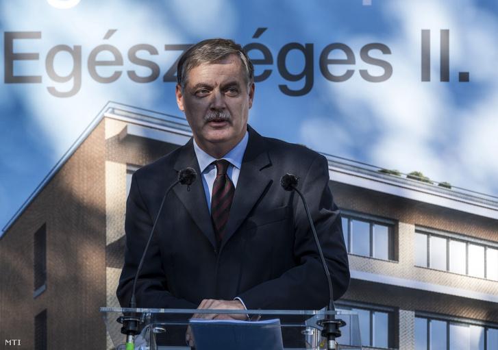 Cserháti Péter miniszteri biztosként egy sajtótájékoztatón 2017-ben.