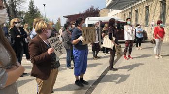 Tapssal és énekléssel búcsúztatták a kórház dolgozói az OORI leváltott igazgatóját